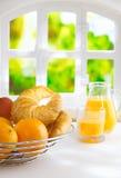 Arance e croissant per una prima colazione di estate fotografia stock