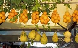 Arance e limone siciliani freschi Mercato di frutta italiano fotografia stock libera da diritti
