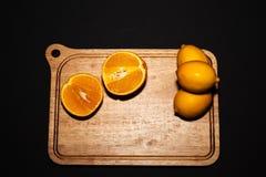Arance e limoni con fondo posteriore Fotografie Stock Libere da Diritti
