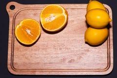 Arance e limoni con fondo posteriore Immagini Stock Libere da Diritti