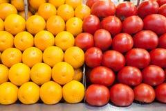 Arance e pomodori al mercato Immagine Stock
