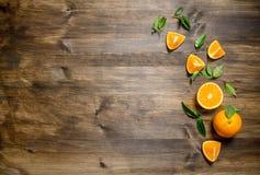 Arance fresche intere, taglio e le foglie fotografia stock