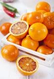 Arance fresche, mandarini, fondo di legno bianco dei limoni Fotografie Stock