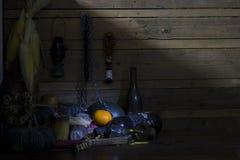 Arance fresche, secche dei frutti, della catena e della bottiglia su legno nella sala immagine stock libera da diritti