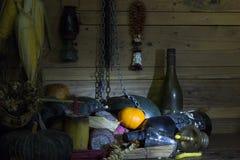 Arance fresche, secche dei frutti, della catena e della bottiglia su legno nella sala immagini stock