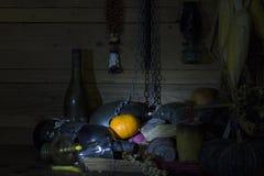 Arance fresche, secche dei frutti, della catena e della bottiglia su legno nella sala immagine stock