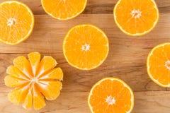 Arance fresche tagliate a metà sopra Fotografie Stock