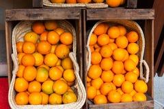 Arance luminose da vendere in due canestri sulle vie di Palma, Maiorca Immagine Stock