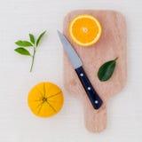 Arance miste degli agrumi, limone su fondo di legno con o Immagine Stock Libera da Diritti