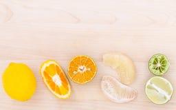 Arance miste, pomelo, limone e limetta degli agrumi su di legno Fotografie Stock Libere da Diritti