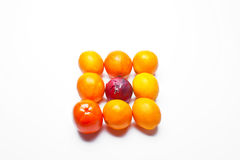 Arance organizzate nel modello con la cipolla Fotografia Stock