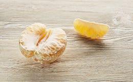 Arance sbucciate fresche che si trovano su una tavola di legno Immagini Stock Libere da Diritti