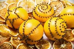 Arance secche ed arance con i chiodi di garofano Fotografie Stock Libere da Diritti