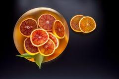 Arance siciliane rosse sul piatto Immagine Stock