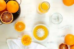 Arance succose fresche, succo d'arancia schiacciato fresco, bevanda di rinfresco di estate, fondo di legno bianco fotografia stock
