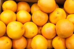Arance sul fondo della frutta delle arance della stalla del mercato Fotografie Stock
