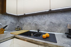 Arance sul piano di lavoro della cucina al lavandino Fotografia Stock Libera da Diritti