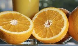Aranci e succo di arancia Fotografie Stock Libere da Diritti
