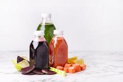 Arancia Apple verde Juice Detox Juice in buona salute delle carote della barbabietola nello spazio orizzontale della copia dell'a fotografia stock