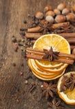 Arancia, bastoni di cannella e anice stellato secchi Fotografia Stock