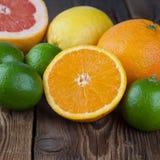 Arancia con altri frutti su legno Immagine Stock Libera da Diritti
