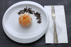 Arancia con i chiodi di garofano Immagine Stock