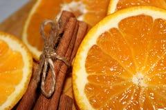 Arancia con la fine della cannella su fotografie stock