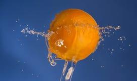 Arancia con la spruzzata dell'acqua Fotografia Stock Libera da Diritti