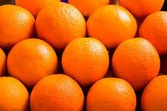 Arancia decorata sullo scaffale del mercato fotografia stock libera da diritti
