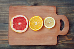 Arancia del limone del pompelmo su un fondo scuro Fotografia Stock Libera da Diritti