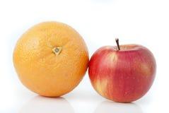 Arancia e mela Fotografie Stock Libere da Diritti