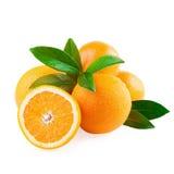 Arancia e metà di frutta arancio isolate su bianco Immagine Stock Libera da Diritti