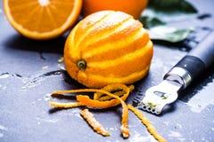 Arancia e scorza, ingredienti di rinfresco naturali Fotografia Stock Libera da Diritti