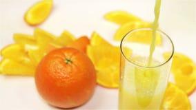 Arancia e succo d'arancia sulla tavola, primo piano archivi video