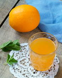 Arancia e succo d'arancia in un vetro immagine stock libera da diritti