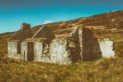 Arancia e Teal Old Cottage in rovine in Irlanda rurale fotografia stock libera da diritti