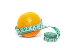 Arancia fresca avvolta con nastro adesivo di misurazione Concetto di essere a dieta e Fotografia Stock Libera da Diritti