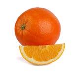 Arancia fresca con una fetta su un fondo bianco Immagine Stock Libera da Diritti