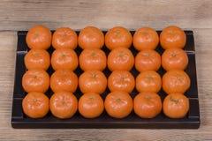 Arancia fresca, frutta del mandarino, fondo su un vassoio di legno, fine del modello del mandarino su Immagine Stock