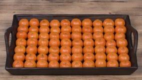 Arancia fresca, frutta del mandarino, fondo su un vassoio di legno, fine del modello del mandarino su Fotografie Stock Libere da Diritti