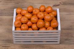 Arancia fresca, frutta del mandarino, fondo in una scatola di legno, fine del modello del mandarino su Fotografia Stock