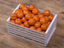 Arancia fresca, frutta del mandarino, fondo in una scatola di legno, fine del modello del mandarino su Immagini Stock Libere da Diritti