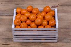 Arancia fresca, frutta del mandarino, fondo in una scatola di legno, fine del modello del mandarino su Fotografie Stock