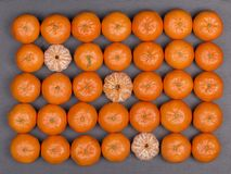 Arancia fresca, frutta del mandarino, modello del mandarino, vista superiore su un fondo nero dell'ardesia, fine su Fotografie Stock