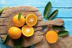 Arancia fresca su un fondo di legno della tavola Fotografie Stock