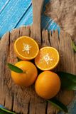 Arancia fresca su un fondo di legno della tavola Fotografia Stock Libera da Diritti