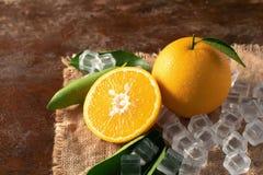 Arancia fresca su un fondo di legno della tavola Immagine Stock