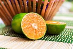 Arancia fresca sulla stuoia di bambù Immagini Stock Libere da Diritti