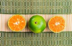 Arancia fresca sulla stuoia di bambù Fotografia Stock Libera da Diritti