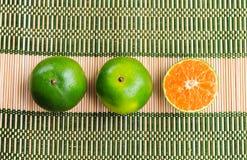 Arancia fresca sulla stuoia di bambù Fotografie Stock